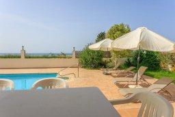 Зона отдыха у бассейна. Кипр, Полис город : Прекрасная вилла в 50 метрах от пляжа с бассейном и видом на море, 3 спальни, 3 ванные комнаты, парковка, Wi-Fi