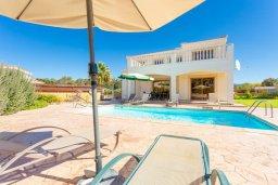 Фасад дома. Кипр, Полис город : Прекрасная вилла в 50 метрах от пляжа с бассейном и видом на море, 3 спальни, 4 ванные комнаты, парковка, Wi-Fi