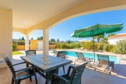 Обеденная зона. Кипр, Полис город : Прекрасная вилла в 50 метрах от пляжа с бассейном и видом на море, 3 спальни, 4 ванные комнаты, парковка, Wi-Fi