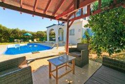 Патио. Кипр, Полис город : Уютная вилла в 200 метрах от пляжа с бассейном и зеленым двориком с барбекю, 2 спальни, 3 ванные комнаты, парковка, Wi-Fi