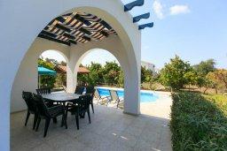 Обеденная зона. Кипр, Полис город : Уютная вилла в 200 метрах от пляжа с бассейном и зеленым двориком с барбекю, 2 спальни, 3 ванные комнаты, парковка, Wi-Fi