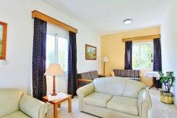 Гостиная. Кипр, Полис город : Уютная вилла в 200 метрах от пляжа с бассейном и зеленым двориком с барбекю, 2 спальни, 3 ванные комнаты, парковка, Wi-Fi