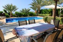 Обеденная зона. Кипр, Си Кейвз : Уютная вилла с бассейном и двориком с барбекю, 3 спальни, 4 ванные комнаты, парковка, Wi-Fi