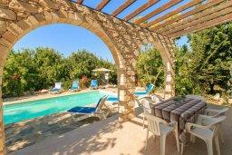 Обеденная зона. Кипр, Полис город : Уютная вилла с бассейном и двориком с барбекю, 3 спальни, 3 ванные комнаты, парковка, Wi-Fi