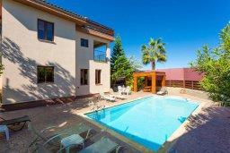 Фасад дома. Кипр, Кинуса : Прекрасная вилла с бассейном и зеленым двориком с барбекю, 4 спальни, 4 ванные комнаты, парковка, Wi-Fi