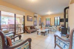 Гостиная. Кипр, Кинуса : Прекрасная вилла с бассейном и зеленым двориком с барбекю, 4 спальни, 4 ванные комнаты, парковка, Wi-Fi