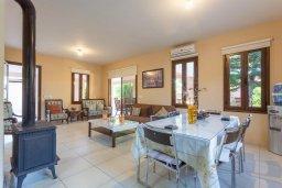 Обеденная зона. Кипр, Кинуса : Прекрасная вилла с бассейном и зеленым двориком с барбекю, 4 спальни, 4 ванные комнаты, парковка, Wi-Fi