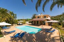 Фасад дома. Кипр, Полис город : Уютная вилла с бассейном и зеленым двориком с барбекю, 4 спальни, 5 ванных комнат, парковка, Wi-Fi