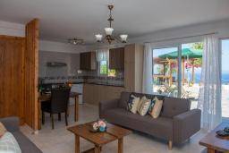 Гостиная. Кипр, Помос : Уютная вилла недалеко от пляжа с бассейном и видом на море, барбекю, парковка, Wi-Fi