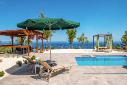 Зона отдыха у бассейна. Кипр, Помос : Уютная вилла недалеко от пляжа с бассейном и видом на море, барбекю, парковка, Wi-Fi