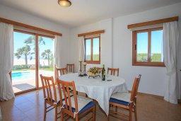Обеденная зона. Кипр, Помос : Прекрасная вилла в 30 метрах от пляжа с бассейном и шикарным видом на море, 3 спальни, 3 ванные комнаты, барбекю, парковка, Wi-Fi