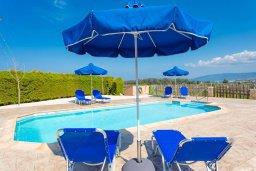 Зона отдыха у бассейна. Кипр, Полис город : Прекрасная вилла с бассейном и двориком с барбекю, 3 спальни, 3 ванные комнаты, парковка, Wi-Fi