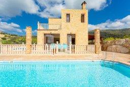 Фасад дома. Кипр, Полис город : Восхитительная вилла с бассейном и двориком с барбекю, 3 спальни, 4 ванные комнаты, парковка, Wi-Fi