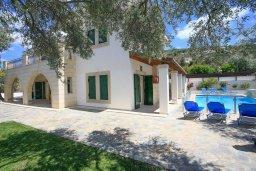 Фасад дома. Кипр, Скулли : Прекрасная вилла с бассейном и двориком с барбекю, 5 спален, 5 ванных комнат, парковка, Wi-Fi