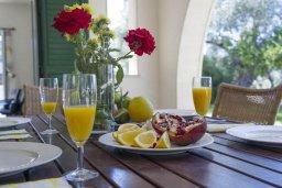 Обеденная зона. Кипр, Скулли : Прекрасная вилла с бассейном и двориком с барбекю, 5 спален, 5 ванных комнат, парковка, Wi-Fi