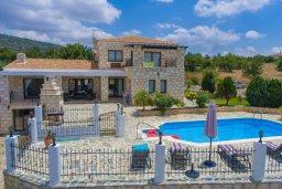 Фасад дома. Кипр, Скулли : Роскошная вилла с бассейном и двориком с барбекю, 4 спальни, 4 ванные комнаты, игровая комната, парковка, Wi-Fi
