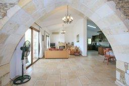 Гостиная. Кипр, Скулли : Роскошная вилла с бассейном и двориком с барбекю, 4 спальни, 4 ванные комнаты, игровая комната, парковка, Wi-Fi