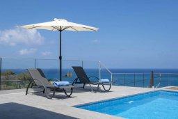 Зона отдыха у бассейна. Кипр, Помос : Современная вилла с бассейном и видом на море, 3 спальни, 2 ванные комнаты, зеленая лужайка, барбекю, парковка, Wi-Fi