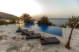 Бассейн. Кипр, Помос : Роскошная пляжная вилла с бассейном и шикарным видом на море, 3 спальни, 2 ванные комнаты, парковка, Wi-Fi