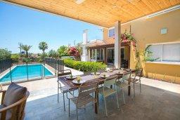 Обеденная зона. Кипр, Нисси Бич : Роскошная вилла с 4-мя спальнями, 3 ваннами комнатами, бассейном, патио, зелёной лужайкой и дополнительной комнатой отдыха у бассейна