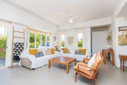 Гостиная. Кипр, Нисси Бич : Роскошная вилла с 4-мя спальнями, 3 ваннами комнатами, бассейном, патио, зелёной лужайкой и дополнительной комнатой отдыха у бассейна