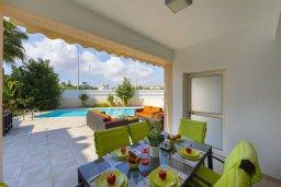 Обеденная зона. Кипр, Пернера : Потрясающая вилла с 3-мя спальнями, 2-мя ванными комнатами, с бассейном, тенистой террасой с патио, lounge-зоной и барбекю, расположена в одном из лучших районов Протараса
