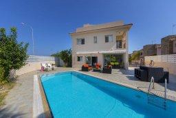 Фасад дома. Кипр, Пернера : Потрясающая вилла с 3-мя спальнями, 2-мя ванными комнатами, с бассейном, тенистой террасой с патио, lounge-зоной и барбекю, расположена в одном из лучших районов Протараса