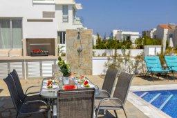 Обеденная зона. Кипр, Коннос Бэй : Современная шикарная вилла с 4-мя спальнями, 4-мя ванными комнатами, бассейном, патио, барбекю и меблированной террасой на крыше с джакузи и невероятным видом на море