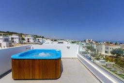 Терраса. Кипр, Коннос Бэй : Современная шикарная вилла с 4-мя спальнями, 4-мя ванными комнатами, бассейном, патио, барбекю и меблированной террасой на крыше с джакузи и невероятным видом на море