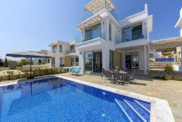 Фасад дома. Кипр, Коннос Бэй : Современная шикарная вилла с 4-мя спальнями, 4-мя ванными комнатами, бассейном, патио, барбекю и меблированной террасой на крыше с джакузи и невероятным видом на море