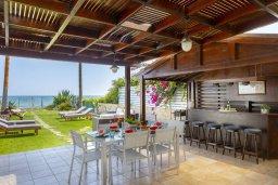 Обеденная зона. Кипр, Менеу : Очаровательная вилла с невероятным видом на море, с 3-мя спальнями, 3-мя ванными комнатами, большой зелёной лужайкой, патио, барбекю, расположена в тихом месте у пляжа Kiti Beach