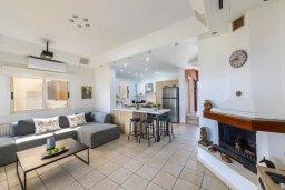 Гостиная. Кипр, Менеу : Очаровательная вилла с невероятным видом на море, с 3-мя спальнями, 3-мя ванными комнатами, большой зелёной лужайкой, патио, барбекю, расположена в тихом месте у пляжа Kiti Beach