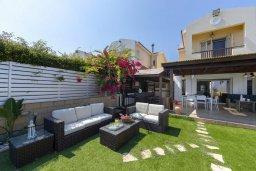 Фасад дома. Кипр, Менеу : Очаровательная вилла с невероятным видом на море, с 3-мя спальнями, 3-мя ванными комнатами, большой зелёной лужайкой, патио, барбекю, расположена в тихом месте у пляжа Kiti Beach
