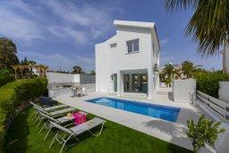 Фасад дома. Кипр, Каво Марис Протарас : Роскошная современная вилла с 3-мя спальнями, 3-мя ванными комнатами, бассейном, зелёным двориком с патио и барбекю, расположена в 100 метрах от пляжа Vyzakia Beach