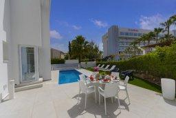 Обеденная зона. Кипр, Каво Марис Протарас : Роскошная современная вилла с 3-мя спальнями, 3-мя ванными комнатами, бассейном, зелёным двориком с патио и барбекю, расположена в 100 метрах от пляжа Vyzakia Beach