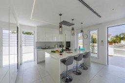 Кухня. Кипр, Каво Марис Протарас : Роскошная современная вилла с 3-мя спальнями, 3-мя ванными комнатами, бассейном, зелёным двориком с патио и барбекю, расположена в 100 метрах от пляжа Vyzakia Beach