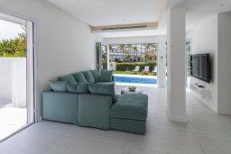 Гостиная. Кипр, Каво Марис Протарас : Роскошная современная вилла с 3-мя спальнями, 3-мя ванными комнатами, бассейном, зелёным двориком с патио и барбекю, расположена в 100 метрах от пляжа Vyzakia Beach