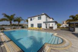 Фасад дома. Кипр, Декелия - Ороклини : Современная и просторная вилла с 4-мя спальнями, 4-мя ванными комнатами, 2 гостиными, с бассейном и большим приватным двориком с барбекю, расположена в тихом районе Voroklini