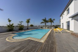 Бассейн. Кипр, Декелия - Ороклини : Современная и просторная вилла с 4-мя спальнями, 4-мя ванными комнатами, 2 гостиными, с бассейном и большим приватным двориком с барбекю, расположена в тихом районе Voroklini
