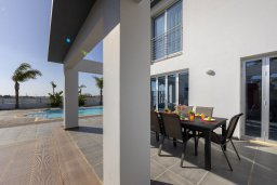 Обеденная зона. Кипр, Декелия - Ороклини : Современная и просторная вилла с 4-мя спальнями, 4-мя ванными комнатами, 2 гостиными, с бассейном и большим приватным двориком с барбекю, расположена в тихом районе Voroklini