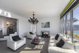Гостиная. Кипр, Декелия - Ороклини : Современная и просторная вилла с 4-мя спальнями, 4-мя ванными комнатами, 2 гостиными, с бассейном и большим приватным двориком с барбекю, расположена в тихом районе Voroklini
