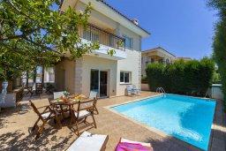Фасад дома. Кипр, Пернера : Прекрасная вилла 3-мя спальнями, 2-мя ванными комнатами, с бассейном и двориком с патио и барбекю, расположена недалеко от залива Sirina Bay