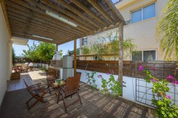 Обеденная зона. Кипр, Пернера : Прекрасная вилла 3-мя спальнями, 2-мя ванными комнатами, с бассейном и двориком с патио и барбекю, расположена недалеко от залива Sirina Bay