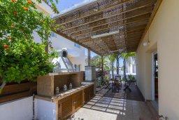 Территория. Кипр, Пернера : Прекрасная вилла 3-мя спальнями, 2-мя ванными комнатами, с бассейном и двориком с патио и барбекю, расположена недалеко от залива Sirina Bay