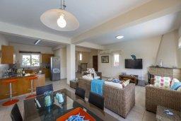 Гостиная. Кипр, Пернера : Прекрасная вилла 3-мя спальнями, 2-мя ванными комнатами, с бассейном и двориком с патио и барбекю, расположена недалеко от залива Sirina Bay