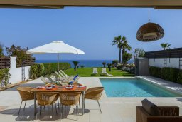 Бассейн. Кипр, Каппарис : Роскошная современная вилла с панорамным видом на море, с 5-ю спальнями, 4-мя ванными комнатами, бассейном, садом с зелёной лужайкой, патио и каменным барбекю, расположена на берегу моря  в закрытом комплексе в тихом районе Каппарис