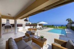 Патио. Кипр, Каппарис : Роскошная современная вилла с панорамным видом на море, с 5-ю спальнями, 4-мя ванными комнатами, бассейном, садом с зелёной лужайкой, патио и каменным барбекю, расположена на берегу моря  в закрытом комплексе в тихом районе Каппарис