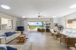 Гостиная. Кипр, Каппарис : Роскошная современная вилла с панорамным видом на море, с 5-ю спальнями, 4-мя ванными комнатами, бассейном, садом с зелёной лужайкой, патио и каменным барбекю, расположена на берегу моря  в закрытом комплексе в тихом районе Каппарис