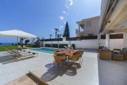 Территория. Кипр, Каппарис : Роскошная современная вилла с панорамным видом на море, с 5-ю спальнями, 4-мя ванными комнатами, бассейном, садом с зелёной лужайкой, патио и каменным барбекю, расположена на берегу моря  в закрытом комплексе в тихом районе Каппарис