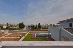 Территория. Кипр, Нисси Бич : Роскошная вилла с бассейном и зеленым двориком, 3 спальни, 2 ванные комнаты, парковка, Wi-Fi